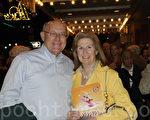 房地产营销商Daniel Gleason先生与太太Elizabeth Gleason女士表示,神韵演节目丰富多彩,让人看到了用舞蹈形式表现的中国神传文化。(摄影:肖捷/大纪元)
