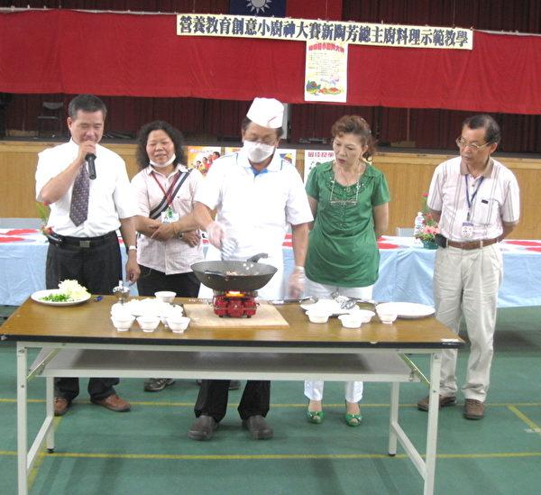 新陶芳陈文盛董事长(中)解说技巧及营养需知、选菜技巧。(摄影:徐乃义/大纪元)