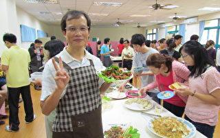花师教育学院代理院长张德胜教授穿上围裙为辛劳妈妈们准备丰盛的午餐。(摄影: 陈玫均  /  大纪元)