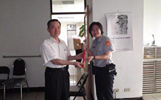 高雄楠梓分局长李宪伟(左)致赠康乃馨给分局女性员警。(楠梓分局提供)
