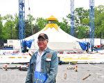 大苹果马戏团业务经理Joel W. Dein在康宁汉公园准备今年在皇后区的演出。(摄影﹕陈天成/大纪元)