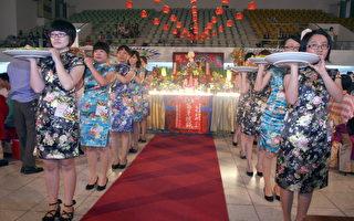 嘉药餐旅毕业成果展举办流水席餐宴,由毕业生著旗袍进行上菜秀。(摄影:赖友容/大纪元)