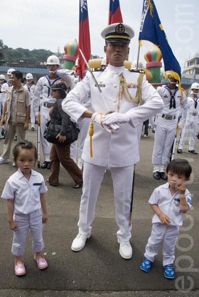 住基隆的苏太太,先生也服务于海军,带一对儿女也着海军服,与表演的仪队合影。(摄影:周美晴/大纪元)