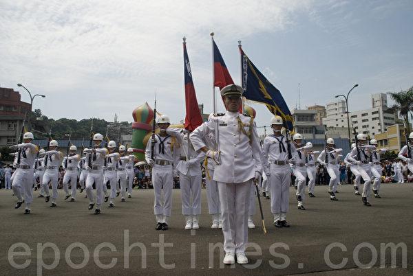 海军仪队雄纠纠、气昂昂,团结一心。(摄影:周美晴/大纪元)