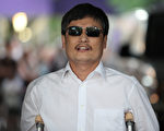 2012年5月19日,美国纽约,中国盲人维权人士陈光诚安全抵达美国。(Andy Jacobsohn/Getty Images)