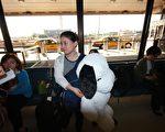 王雪臻在纽瓦克国际机场接受记者采访(摄影:王贯明/大纪元)