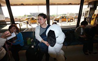 王雪臻在紐瓦克國際機場接受記者采訪(攝影:王貫明/大紀元)