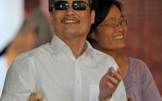 2012年5月19日,陳光誠一家抵達紐約。圖為陳光誠(左)妻子袁偉靜(右)在曼哈頓紐約大學公寓大樓。(MLADEN ANTONOV/AFP/GettyImages)