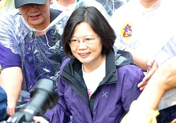 2012年05月19日,民眾表示日子太難過了,他們要馬英九「踹共」(出來講),給他們一個交代。圖為前民進黨主席蔡英文率領第二大隊。(Mandy Cheng/AFP/GettyImages)
