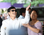 陈光诚在纽约大学记者会现场向欢呼群众致意。(Andy Jacobsohn/Getty Images)