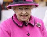 女王总是会穿着颜色鲜艳的衣服,这样可以很容易的在人群中看到她。 (Chris Jackson/Getty Images)