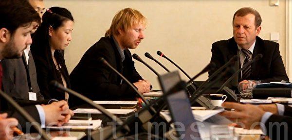 会议上,捷克法轮大法协会、捷克大赦国际、来自芬兰的法轮功学员金昭宇分别发言。(新唐人)