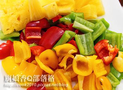 凤梨、青椒、黄椒、红椒(摄影: 新唐人电视台 提供)