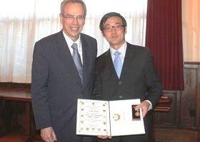 华人社区讲真相 法轮功学员获英女王奖章