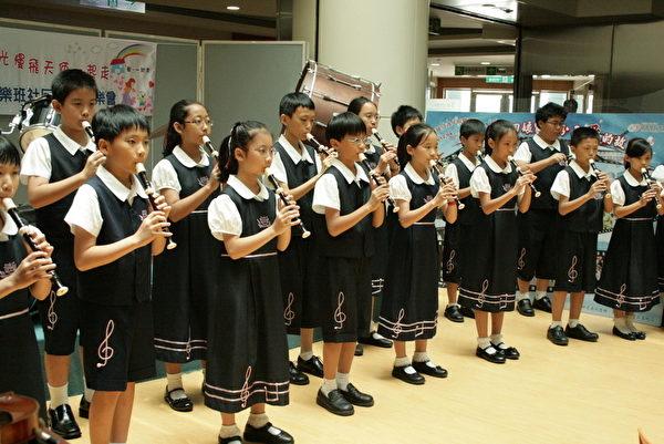 崇文國小音樂班四年級同學以直笛吹奏葉佳修所作的曲子「鄉間小路」。(攝影:李擷瓔/大紀元)