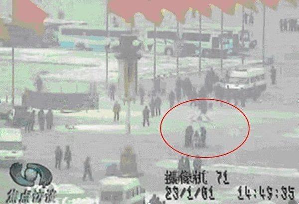 图21  自焚现场的拍戏摄影机