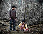 黄腾浩与李康宜在竹子上演追逐戏湖。(图/公视提供)