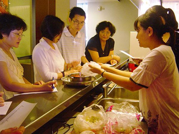 赛珍珠基金会长年帮助弱势及数百个新移民家庭,图为基金会志工为外籍配偶举办异国料理联谊会。(赛珍珠基金会提供)