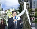 2010年,六四学生周锋锁在旧金山民众纪念六四献花悼念仪式上发言。(摄影:马有志/大纪元)