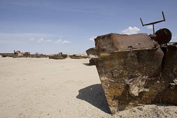 2010年联合国秘书长潘基文在中亚地区访问时,曾经来到乌兹别克斯坦的穆伊纳克村。穆伊纳克村曾坐落在咸海岸边,目前却已处于一片荒地之间,一些大型的废弃渔船停泊在荒漠中。(AFP/UN/ESKINDER DEBEBE)
