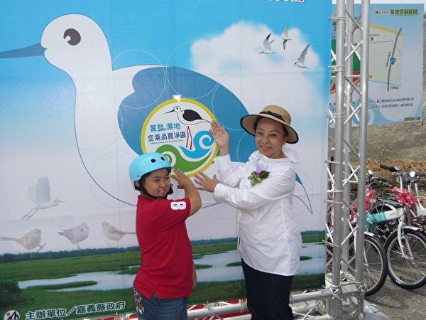 环保小天使与县长一同为湿地确保空气清净品质。  (摄影:苏泰安/大纪元)