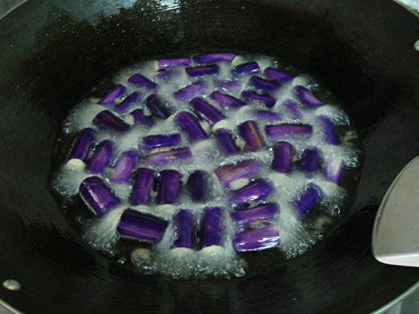 洗净切小段的茄子、长豆炸熟捞起沥油。(摄影:林秀霞 / 大纪元)