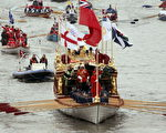 游行队伍最前面的是重新装饰一新的布列塔尼亚号游轮(Photo by Matt Cardy/Getty Images)
