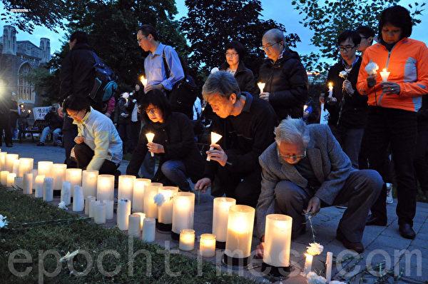 图:6月3日,多伦多民众在多伦多大学六四纪念碑前,参加烛光悼念晚会(摄影:高云林/大纪元)