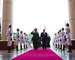 6月4日,美国国防部部长帕内塔和越南国防部长冯光青走过仪仗队。(图片来源:美国国防部提供)