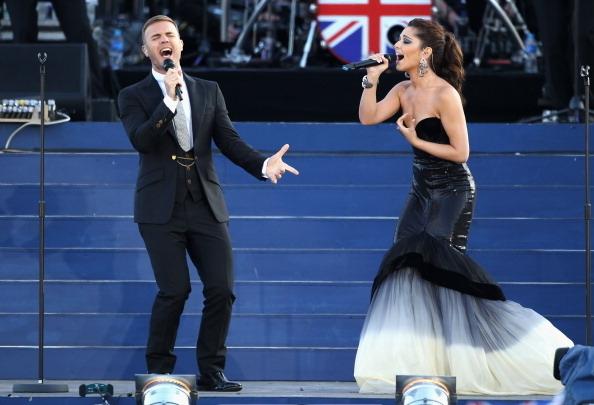 Gary Barlow和歌星Cheryl COle表演了二重唱(Photo by Dan Kitwood/Getty Images)