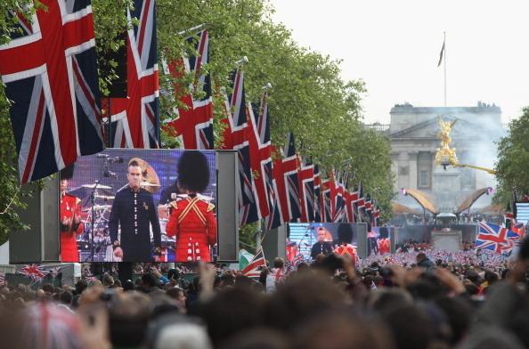 王宮對面的聖詹姆士公園的林蔭大道上通過大屏幕直播演唱會(Photo by Sean Gallup/Getty Images)