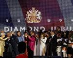 音乐会结束,女王来到舞台上,查尔斯王子发表演说后亲吻了女王的手。  (Photo by Dan Kitwood/Getty Images)