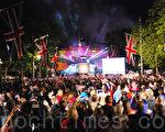 2012年6月4日晚上,英国白金汉宫前举行了盛大的音乐会,庆祝女王伊丽莎白二世登基60周年。(摄影:杜航/大纪元)