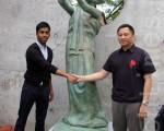 6月4日,六四学运领袖王丹与约克大学学生中心主席Siva Vimalachandran在约克大学学生中心揭幕民主女神铜像。(摄影:周行/大纪元)