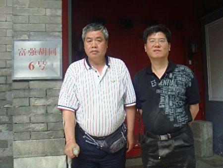 圖為維權人士上海王扣瑪、許正清在趙紫陽寓所前。(維權人士提供)