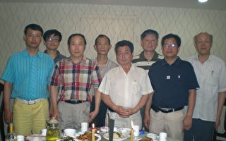 祭奠仪式参加者(从左至右)付升、孙亚平、安宝林、姜闰生、马育忠、郑保和、吴双印、马晓明。(作者提供)