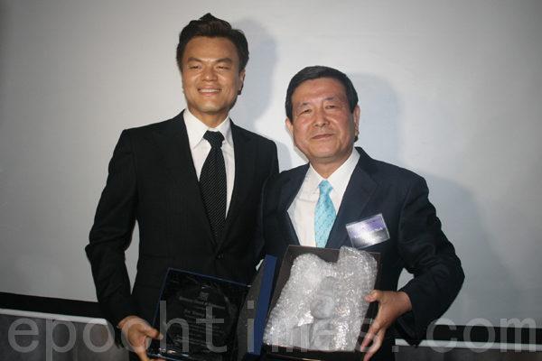 卢荣焕先生给歌手朴轸永颁奖,以表彰其为弘扬K-Sool作出的贡献。(摄影:王晓莲/大纪元)