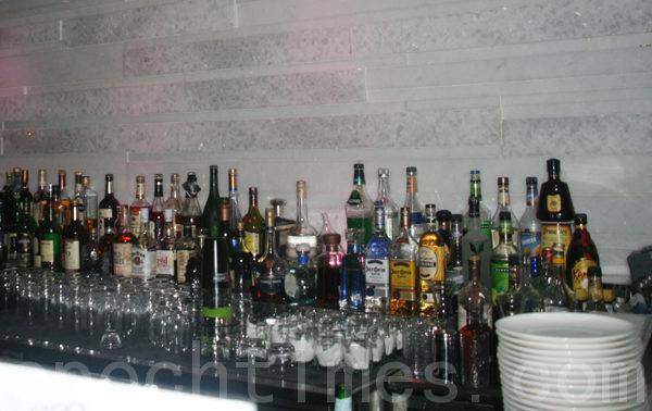 免费酒会上展示的精品K-Sool。(摄影:王晓莲/大纪元)