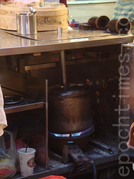 鍋內的熱蒸氣被導入蒸氣管座。(攝影: 彩霞/大紀元)