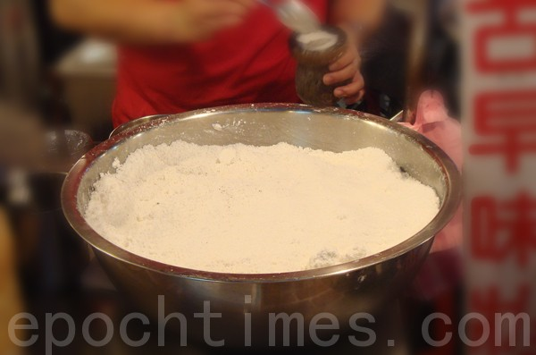 「台灣狀元糕」是以蓬萊米磨成的粉末為主要食材。(攝影: 彩霞/大紀元)