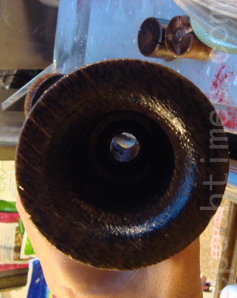 容器的底座有個小洞孔,可導入熱蒸氣。(攝影: 彩霞/大紀元)