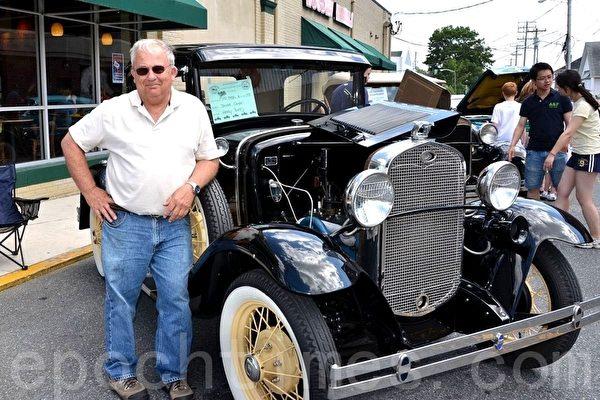 Harry Batty先生在展示他的1931年福特古董車。(攝影:良克霖/大紀元)