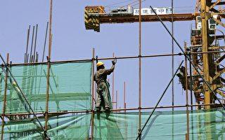 在当前中国经济整体下滑而又不能依赖出口和消费的情况下,中国政府除了再次依靠投资来刺激经济,已经无路可走。在房地产既定调控政策不变的前提下,政府就必须通过基础设施建设投资来刺激经济。(Guang Niu/Getty Images)