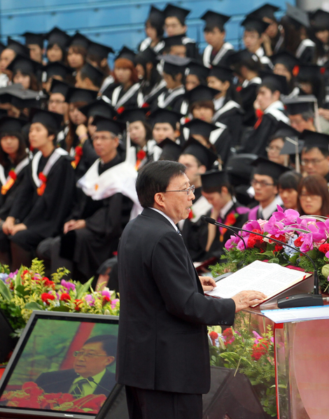 台灣大學9日舉行畢業典禮,現任中華文化總會長的劉兆玄(前)應邀致詞表示,台大生不應像校內的椰子樹,只顧自己生長、無法提供樹蔭。(中央社)