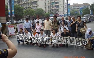 上海维权市民在冯正虎家门口打出横幅(上海维权市民提供)