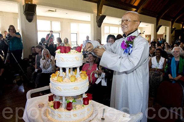 圖:集書、畫、醫、武、金石於一身、被譽為當世奇才的蔣雲仲先生今年90歲大?。圖為蔣雲仲在切生日大蛋糕。(攝影:馬有志/大紀元)