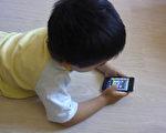 最新的一項研究結果顯示,兒童長時間使用手機,容易患上「注意力缺陷多動障礙」(亦稱兒童多動症)。(攝影:關宇寧/大紀元)