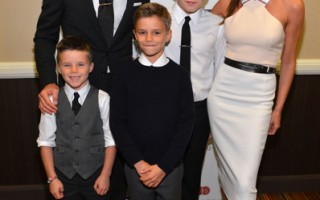球星大卫•贝克汉姆(David Beckham)与妻子维多莉亚(Victoria Beckham)跟孩子们。(Alberto E. Rodriguez/Getty Images)
