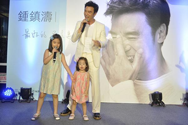 鍾鎮濤與7歲的女兒鍾懿、2歲的女兒鍾幗。(圖/固力狗娛樂提供)