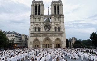 法國巴黎聖母院前的廣場,14日晚間上演了一場「白色晚宴」快閃活動。 (AFP)